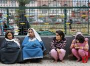 Des femmes et une fillette, évacuées de l'immeuble... (PHOTO MUKHTAR KHAN, AP) - image 3.1