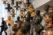 Une galerie de bustes représente la diversité humaine... (PHOTO FRANÇOIS MORI, ARCHIVES AP) - image 1.0