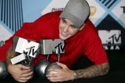 Justin Bieber pose avec ses statuettes, dimanche.... (Photo AP, Antonio Calanni) - image 3.0