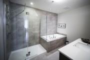 Dans la salle de bains, la douche sera... (PHOTO OLIVIER PONTBRIAND, LA PRESSE) - image 3.0