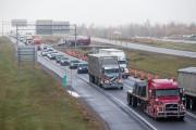 Une longue file d'automobiles s'étirait sur l'autoroute 55,... (Photo: Olivier Croteau) - image 1.0