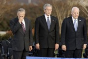De gauche à droite: Donald Rumsfeld, George W.... (PHOTO J. SCOTT APPLEWHITE, ARCHIVES AP) - image 1.0