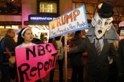 Des dizaines de manifestants ont protesté samedi soir... (PHOTO AP) - image 2.0