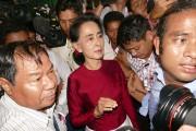 Vêtue de rouge, couleur de son parti, la... (AP, Khin Maung Win) - image 2.0