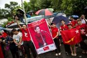 Des partisans d'Aung San Suu Kyi célèbrent à... (PHOTO GEMUNU AMARASINGHE, AP) - image 2.0