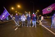 Les contestataires ont bloqué la route 132 en... (PHOTO FÉLIX O.J. FOURNIER, COLLABORATION SPÉCIALE) - image 1.0