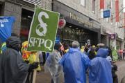 Des grévistes manifestent devant la Place La Mauricie.... (Photo: Stéphane Lessard Le Nouvelliste) - image 1.0