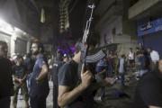 Un homme non identifié armé d'un fusil automatique... (PHOTO HASAN SHAABAN, AP) - image 4.0