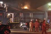 Plusieurs pompiers étaient à l'oeuvre sur le bâtiment... (Photo Le Quotidien, Rocket Lavoie) - image 1.0