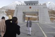 Un touriste se fait photographier sur lanouvelle route... (AFP, Aamir Qureshi) - image 2.0