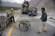 Desouvriers chinois au travail sur lanouvelle route de... (AFP, Aamir Qureshi) - image 3.0