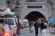 Les gens attendent pour franchir un tunnel sur... (AFP, Aamir Qureshi) - image 4.0