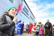 Marianne St-Gelais s'adresse à la foule.... (Photo Le Quotidien, Gimmy Desbiens) - image 2.0