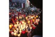 Des gens déposaient dimanche des lampions et des... (Associated Press) - image 1.0