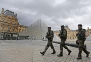 Tandis que des militaires patrouillent à travers la... (Associated Press) - image 1.0