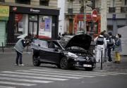 Des policiers inspectent une Clio noire immatriculée en... (AFP, Kenzo Tribouillard) - image 2.0