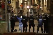 Cinq jours après les attentats de Paris, au moins deux personnes,... (PHOTO AFP) - image 8.0