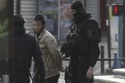 Un des suspects arrêtés dans la nuit de... (AFP, Thomas Samson) - image 1.0