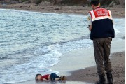 La photo du petit Alan Kurdi a ému... (PHOTO ARCHIVES AP) - image 1.0