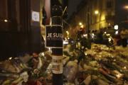 «Je suis en terrasse», proclame une affiche près... (AFP, Thomas Samson) - image 2.0