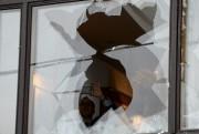 Une des vitres brisées par les manifestants de... (PHOTO KIRILL KUDRYAVTSEV, AFP) - image 2.0