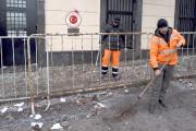Des employés municipaux nettoient la rue à la... (AFP, Vasily Maximov) - image 3.1