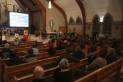 Une centaine de citoyens étaient rassemblés à l'église... (Catherine Trudeau, La Voix de l'Est) - image 2.0