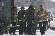 Des policiers et des pompiers évacuent des membres... (Photo Isaiah J. Downing, Reuters) - image 1.0
