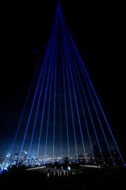 Un faisceau lumineux a éclairé le ciel montréalais... (PHOTO OLIVIER JEAN, LA PRESSE) - image 2.0