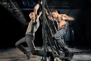 Dans Bagne, deux danseurs masculins se retrouvent dans... - image 3.0