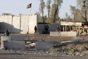 Des membres de forces de sécurité afghanes montent... (PHOTO REUTERS/STRINGER) - image 1.0
