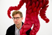 L'artiste Jon Rafman devant une des ses oeuvres... (PHOTO ALAIN ROBERGE, LA PRESSE) - image 2.0