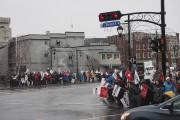 Des enseignants étaient postés sur le pont Patrick-Hackett... (Alain Dion, La Voix de l'Est) - image 1.0