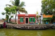 Des embarcations remplacent les voitures devant les maisons... (PHOTO MARIE-SOLEIL DESAUTELS, LA PRESSE) - image 1.0