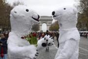 Des activistes déguisés en ours polaires ont manifesté... (PHOTO ALAIN JOCARD, AFP) - image 1.0