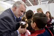 Philippe Couillard remet un ourson à un petit... (La Presse Canadienne, Paul Chiasson) - image 1.0