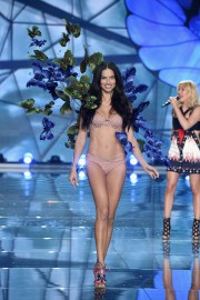 Une mannequin de Victoria's Secret lors d'un défilé... (PHOTO DIMITRIOS KAMBOURIS, GETTY IMAGES) - image 1.0