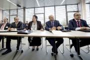 Des membres non identifiés d'une délégation sont photographiés... (PHOTO JEAN-MARC FERRE, AFP) - image 1.0