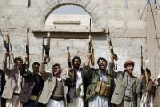 Des combattants loyaux aux Houthis brandissent leurs armes,... (PHOTO KHALED ABDULLAH, REUTERS) - image 2.1