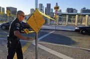 Les policiers surveillaient les écoles mardi.... (Associated Press, Richard Vogel) - image 1.1