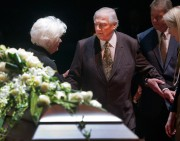 Dickie Moore offrant ses condoléances à Élise Beliveau,... (PHOTO RYAN REMIORZ, ARCHIVES PC) - image 3.0