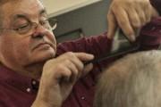 Le barbier Gilles Doré aime débattre de politique... (Photo Le Progrès-Dimanche, Michel Tremblay) - image 5.0