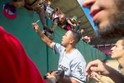 Jose Abreu signe des autographes après avoir participé... (AP, Desmond Boylan) - image 2.0