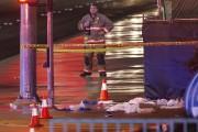 Des ambulances et du personnel médical assistaient les... (Associated Press, John Locher) - image 2.0