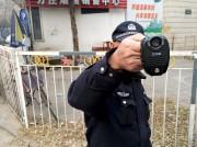 Un policier filme un journaliste présent à l'extérieur... (PHOTO ADAM ROSE, REUTERS) - image 1.0