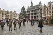 Des soldats belges patrouillent pendant que des touristes... (Photo AP/Geert Vanden Wijngaert) - image 2.0