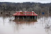 L'eau entoure ce restaurant McDonald à Union, au... (AP, Jeff Roberson) - image 1.0
