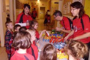 Avec leurs dollars-récompense certains élèves de l'école Sacré-Coeur... (Photo courtoisie) - image 2.0