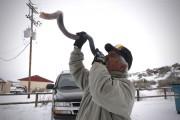 Brand Thorton souffle dans une corne pendant le... (Associated Press) - image 3.0