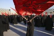 En Iran, des femmes manifestent en agitant des... (AP, Vahid Salemi) - image 3.0